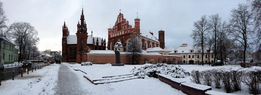 Панорама костёла Святой Анны в Вильнюсе