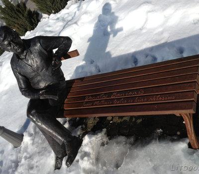 памятник Донатасу Банионису работы скульптора Миндаугаса Юнчиса