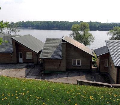 Одноэтажные деревянные домики на берегу озера