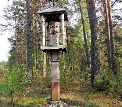 На повороте к парку стоит вот такая деревянная скульптура