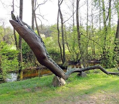 Деревянный змей, поедающий рыбу