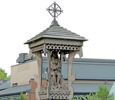 деревянные резные скульптуры на территории администрации Кернаве
