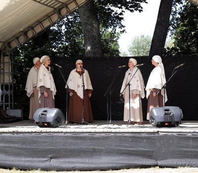 Выступление музыкального коллектива на празднике арзхеологии в Кернаве