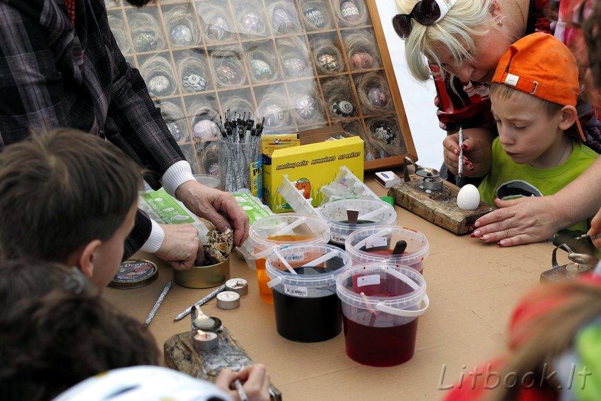 дети учатся расписывать крашенки воском