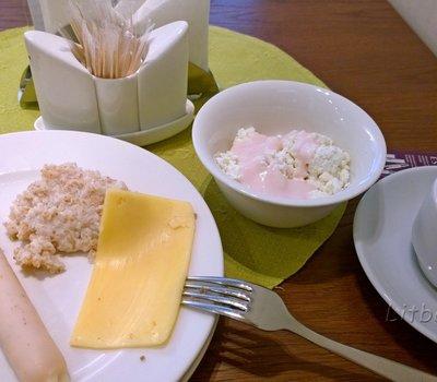 Мой улов: творог с йогуртом, молочная сосиска, печеночный паштет, каша, сыр