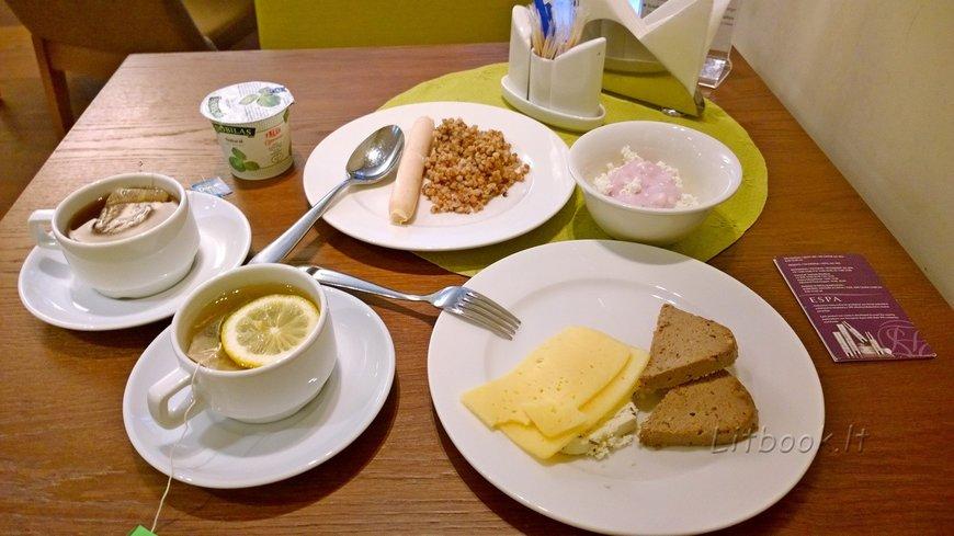 Молочная сосиска с гречкой на гарнир, творог с йогуртом (обезжиренные), несколько видов сыра, печеночный паштет, йогурт, чай