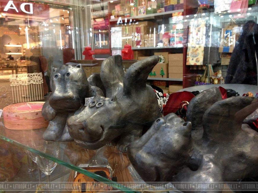 Необычные сувениры в виде летающих бегемотов