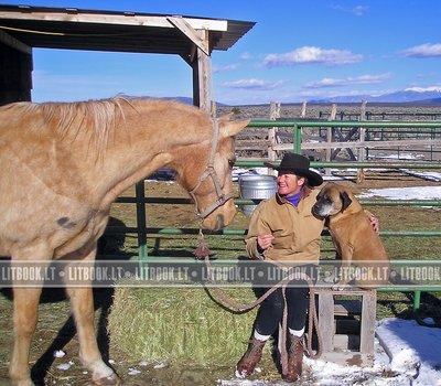 женщина с собакой на лошадиной ферме