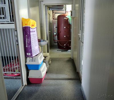 В конце коридора видно новую котельную приюта