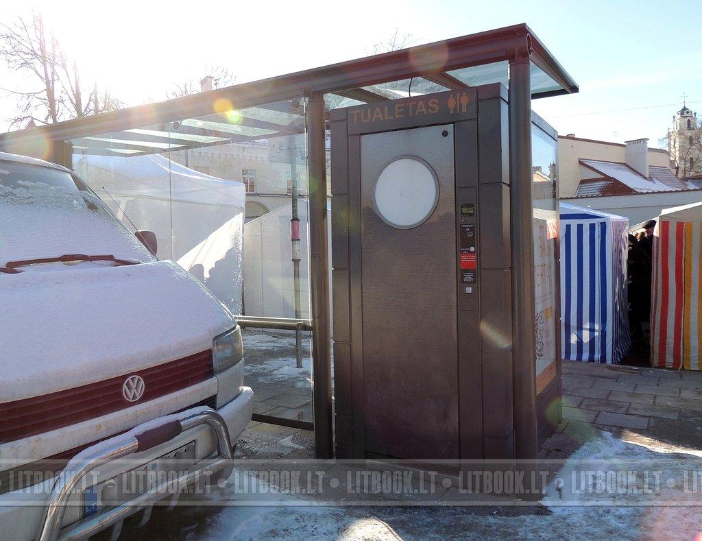 автоматическая туалетная кабинка на остановке Вильнюс