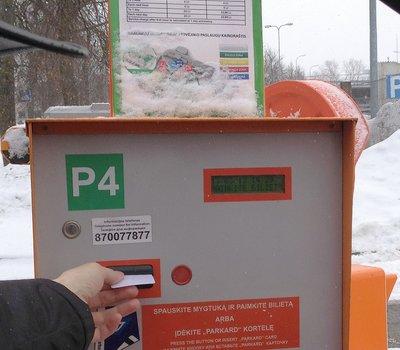 чтобы заехать на платную парковку - нажмите кнопку и возьмите талон
